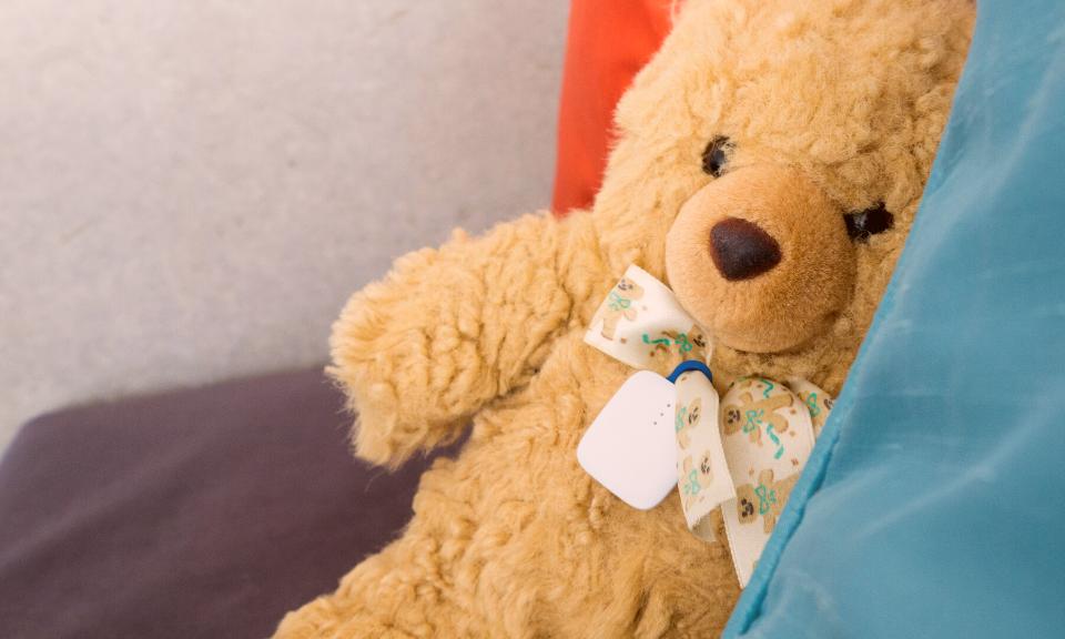 notiOne tracker with teddy bear