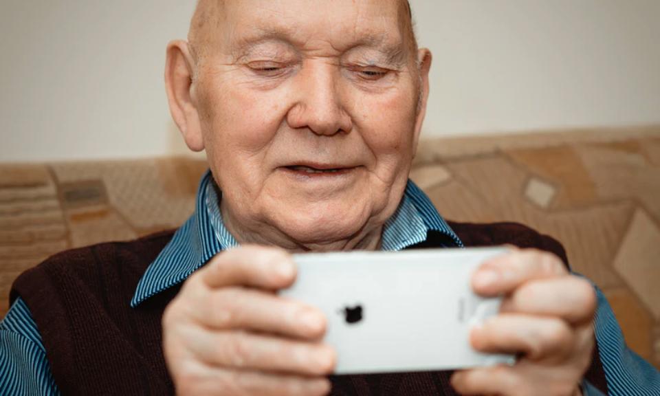 Aplikacje dla seniora: Whatsapp, notiOne, Glovo i inne